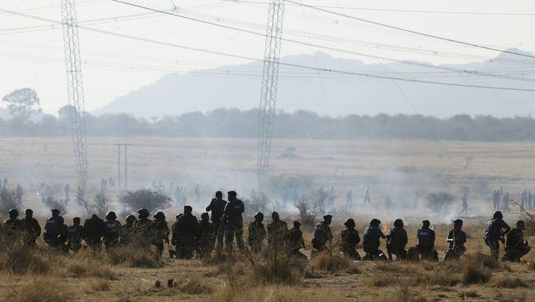 Agenten schieten naar de stakende mijnwerkers. Beeld reuters