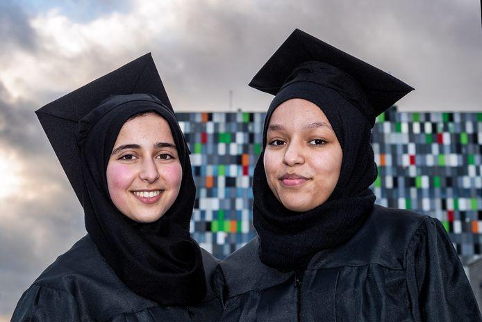 De 13-jarigen Fatima Errahoui (r) en Safae el Ouassdi zien een carrière op de Universiteit Utrecht helemaal zitten.