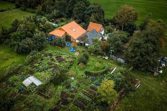 Een luchtfoto van de boerderij in Ruinerwold.