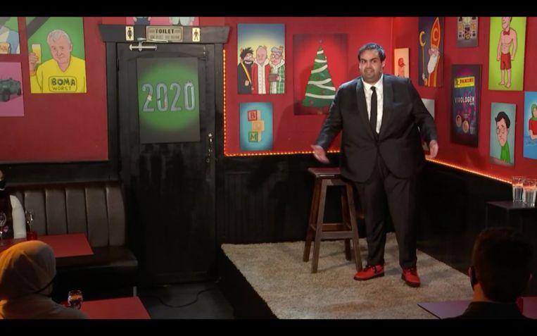 Kamal Kharmach in actie tijdens de voorstelling 'Mag ik even?' Beeld VRT