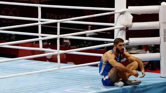 """Franse bokser Aliev gaat na diskwalificatie in zitstaking en reageert zich af op camera: """"Incompetente scheidsrechters"""""""