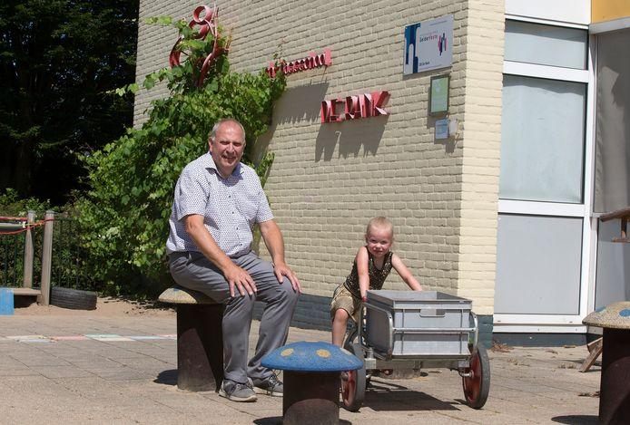 Jan Burgers op het schoolplein met Lot, één van zijn vijf kleinkinderen.