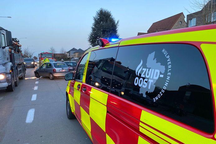 Beide wagens liepen zware schade op bij het ongeval op de Oudenaardsesteenweg ter hoogte van bakkerij Lieven en apotheek Bambrugge.