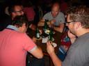 Fanatieke deelnemers buigen zich over een van de quizvragen in Berghem.