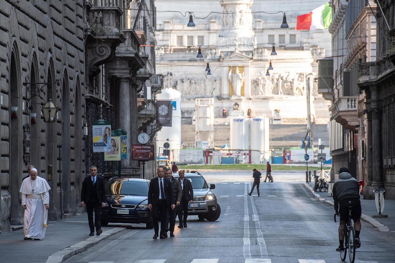 De Paus ging zondag te voet van het Vaticaan naar de kerk San Marcello al Corso in Rome. In de kerk hangt een kruisbeeld dat in 1522 door de stad werd gedragen om de pest te verdrijven. Beeld EPA