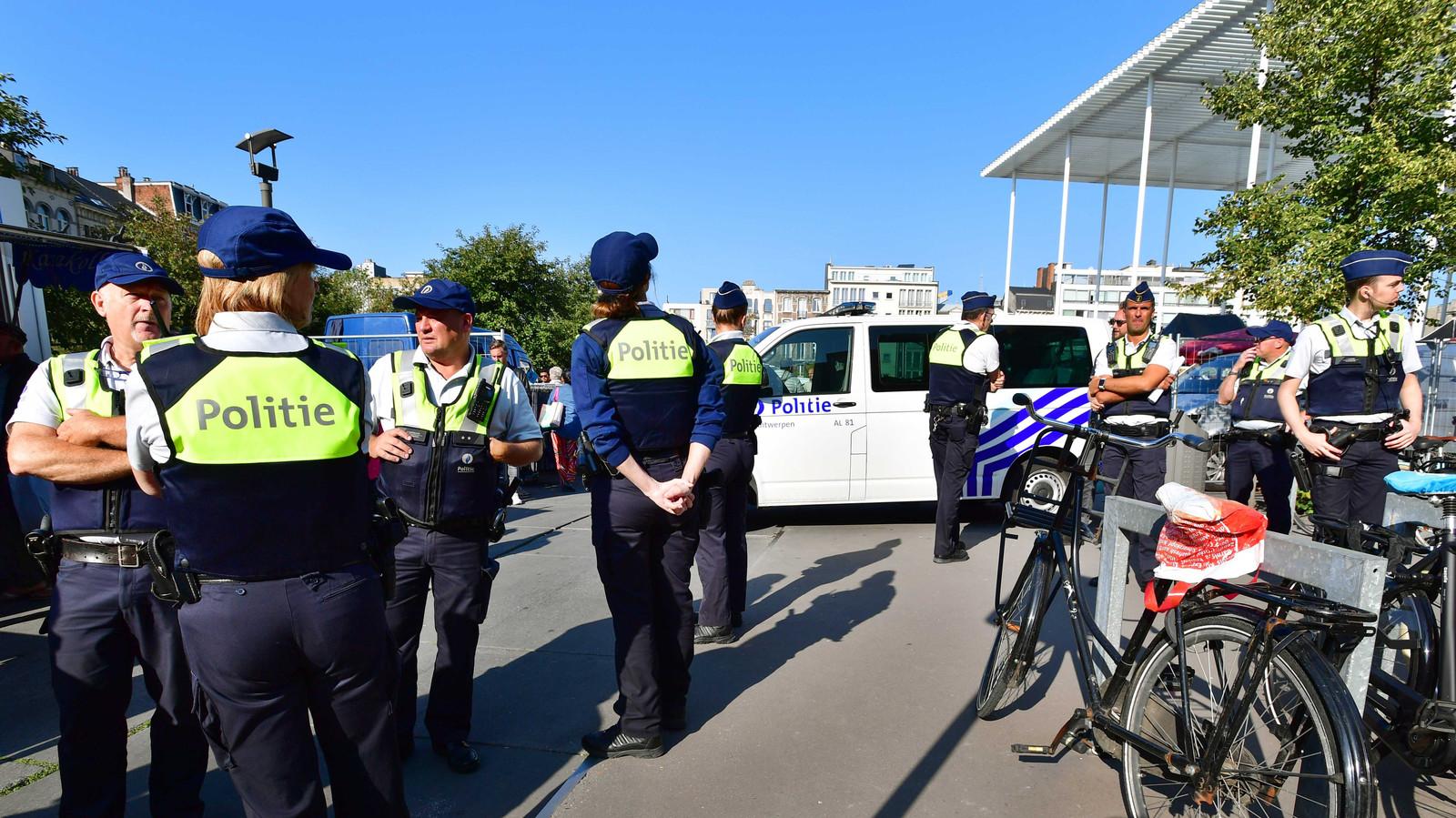 Politieagenten surveilleren.