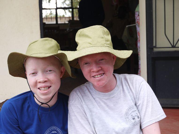 Asteria (rechts) en haar vriendin Asia zitten op een internaat. Beeld