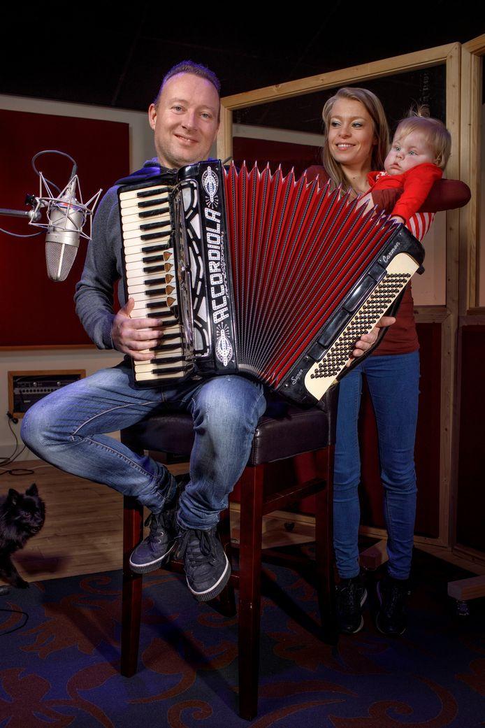 Manfred Jongenelis op de accordion met zijn vrouw en dochtertje Eva.