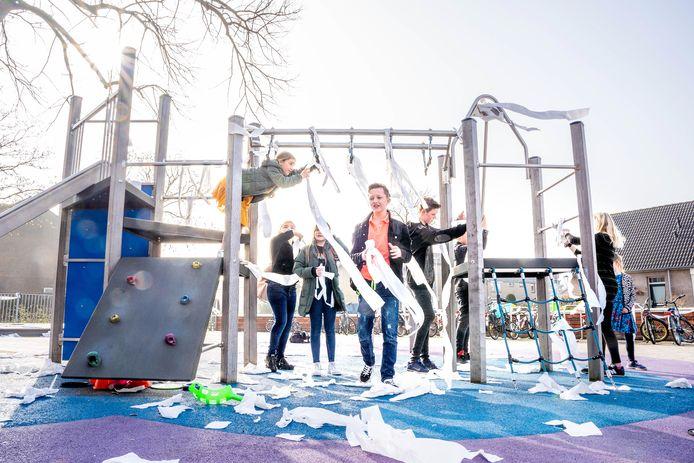 De kinderen van groep 7-8 hebben de school ingepakt met wc-papier. Op de foto de kinderen van groep 8.