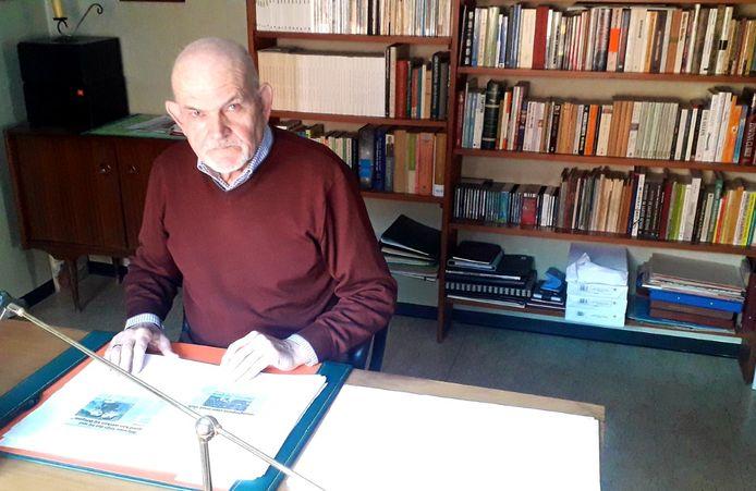 Rudy Nuyts aan het bureau waar hij honderden sportartikels uitwerkte