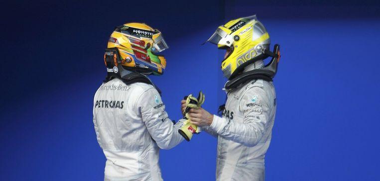 Hamilton en Rosberg feliciteren elkaar. Beeld REUTERS