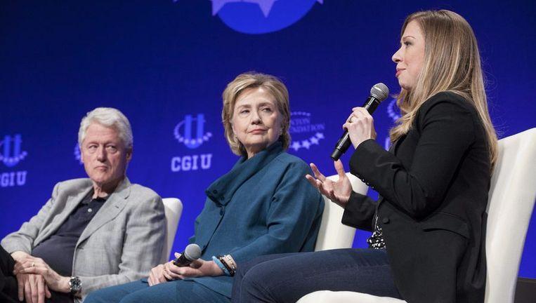 Chelsea Clinton (rechts) met vader Bill en moeder Hillary. Beeld reuters