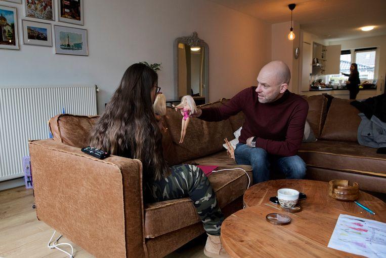 Vincent Dekker is bezorgd over zijn 16-jarige dochter, die Downsyndroom heeft en gevoelig is voor luchtwegklachten. Hij wil dat ze gevaccineerd wordt, maar 18-minners staan niet in de vaccinatiestrategie. Beeld Inge van Mill