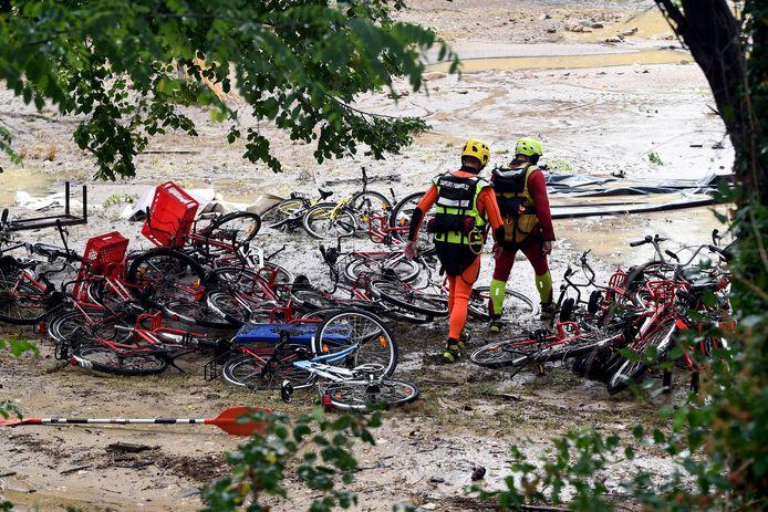 Reddingswerkers vandaag in Saint-Julien-de-Peyrolàs. Een dag na het noodweer.