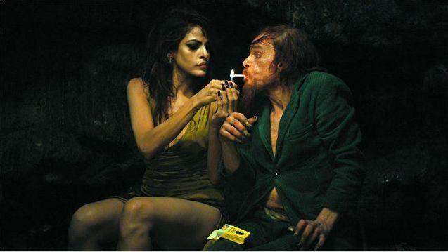 Monsieur Merde se fait allumer par Eva Mendes.