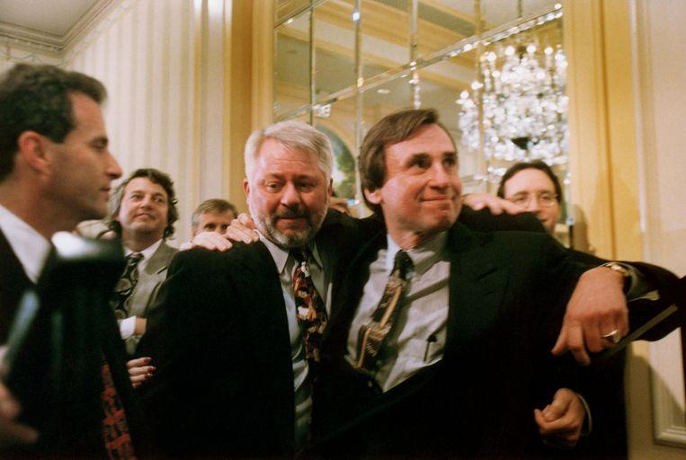 Jeffrey Wigand (m), klokkenluider van de tabaksindustrie, in 1997.   Beeld Getty Images