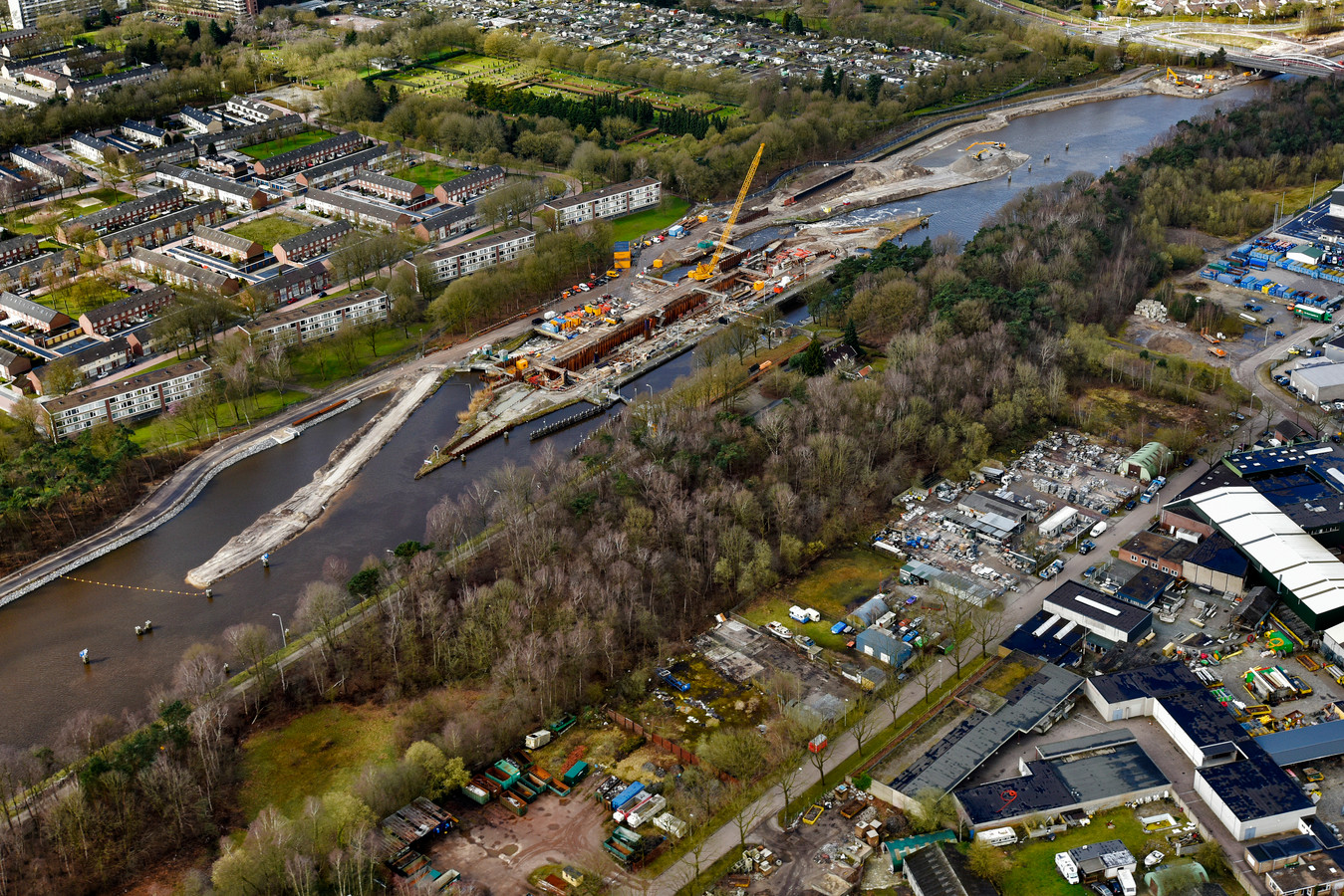 Sluis 3, op deze foto nog in aanbouw, is al klaar. Op dit stuk is het Wilhelminakanaal al bevaarbaar voor de grootste containerschepen. Voor het deel bij sluis 2 in Reeshof is dat nog niet zo. Het besluit valt binnenkort.