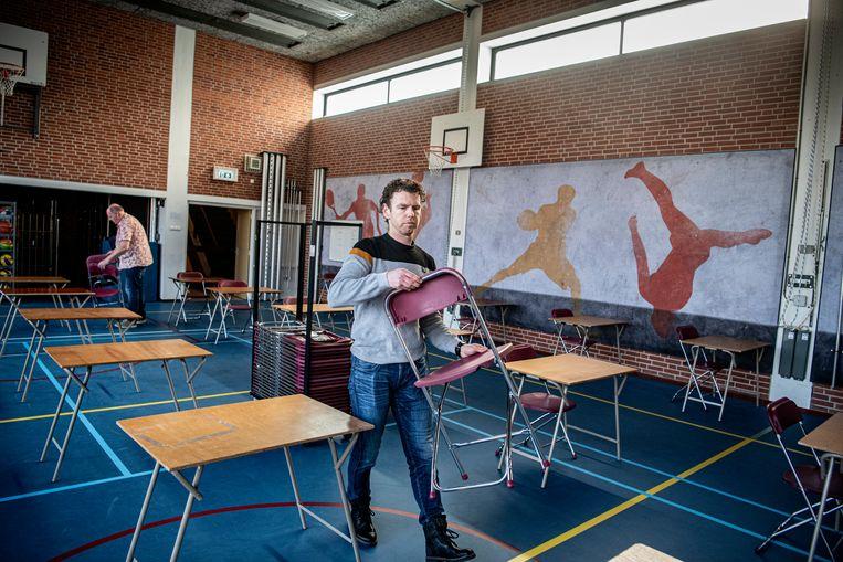 NSG Groenewoud, de grootste middelbare school in Nijmegen, maakt zich klaar voor heropening. Op de voorgrond Niek Wijers, achterin conciërge Pascal de Nijs. Beeld Koen Verheijden