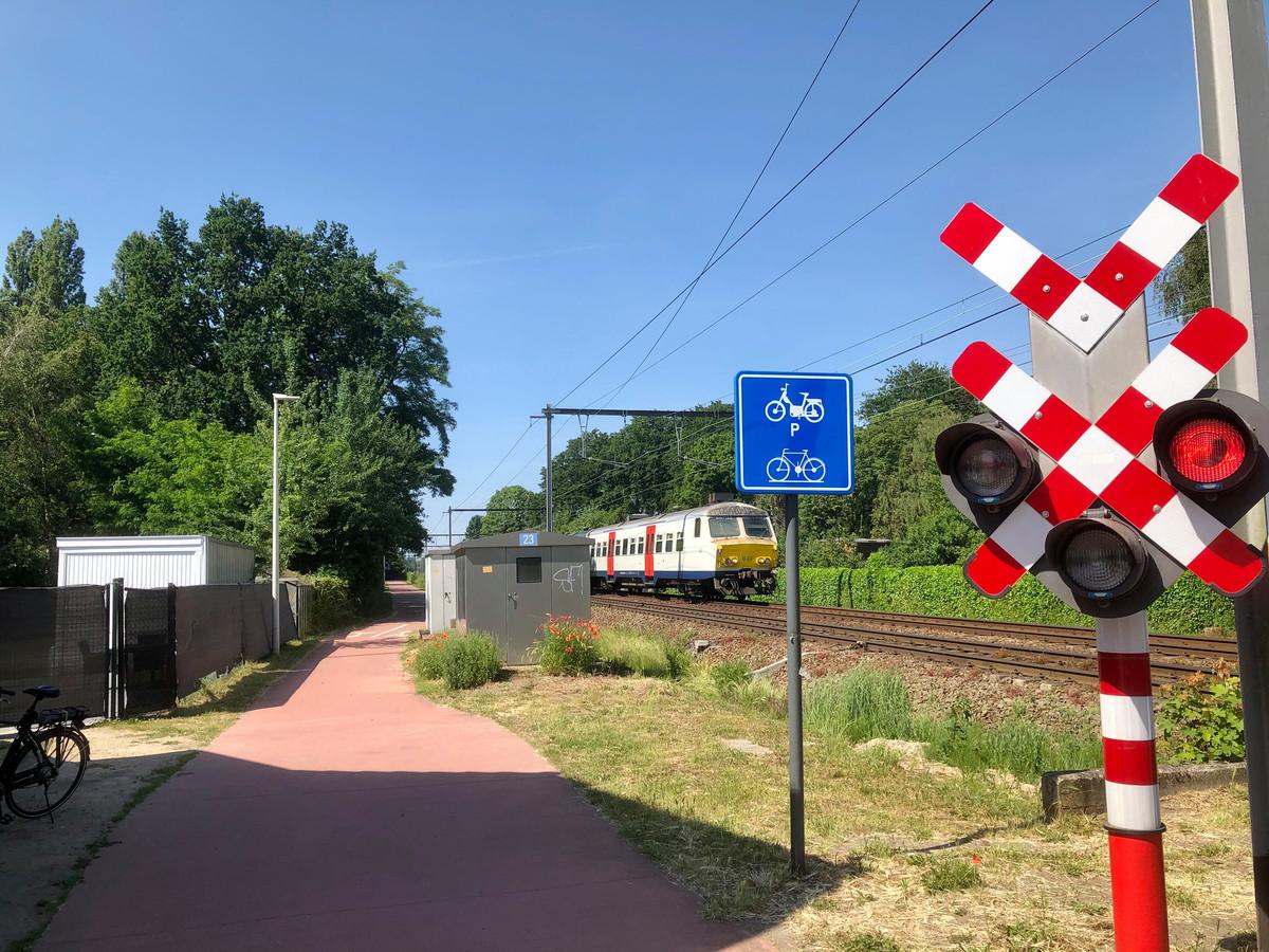 De fietostrade in Kapellen ter hoogte van de spooroverweg aan de Vloeiende. In noordelijke richting kun je tot in Essen rijden.