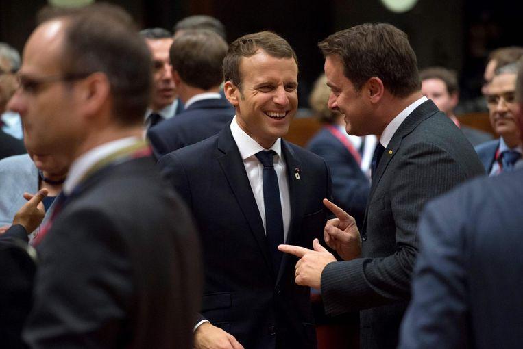 De Franse president Emmanuel Macron praat met de minister-president van Luxemburg, Xavier Bettel, tijdens de EU-top in Brussel. Beeld afp