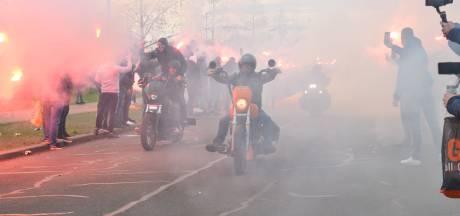 Honderden NAC-supporters onthalen met vuurwerk spelersbus voor topper met De Graafschap