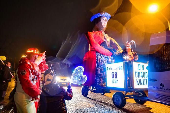 Afscheid van het carnaval in Meekrapdurp dit jaar anders: geen verbranding, maar een rondrit van heks Rubia.