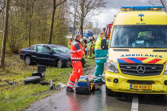 De auto kwam tegen een boom op industrieterrein Moerdijk in Zevenbergen in botsing en de bestuurder raakte zwaargewond.
