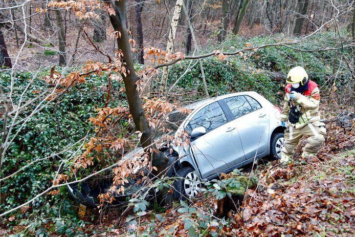 De auto in Molenhoek na het eenzijdige ongeval.