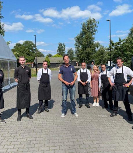 Mark Rutte eet Carpaccio XXL in Geesteren: 'Hij bleef twee uur en ging met iedereen op de foto'