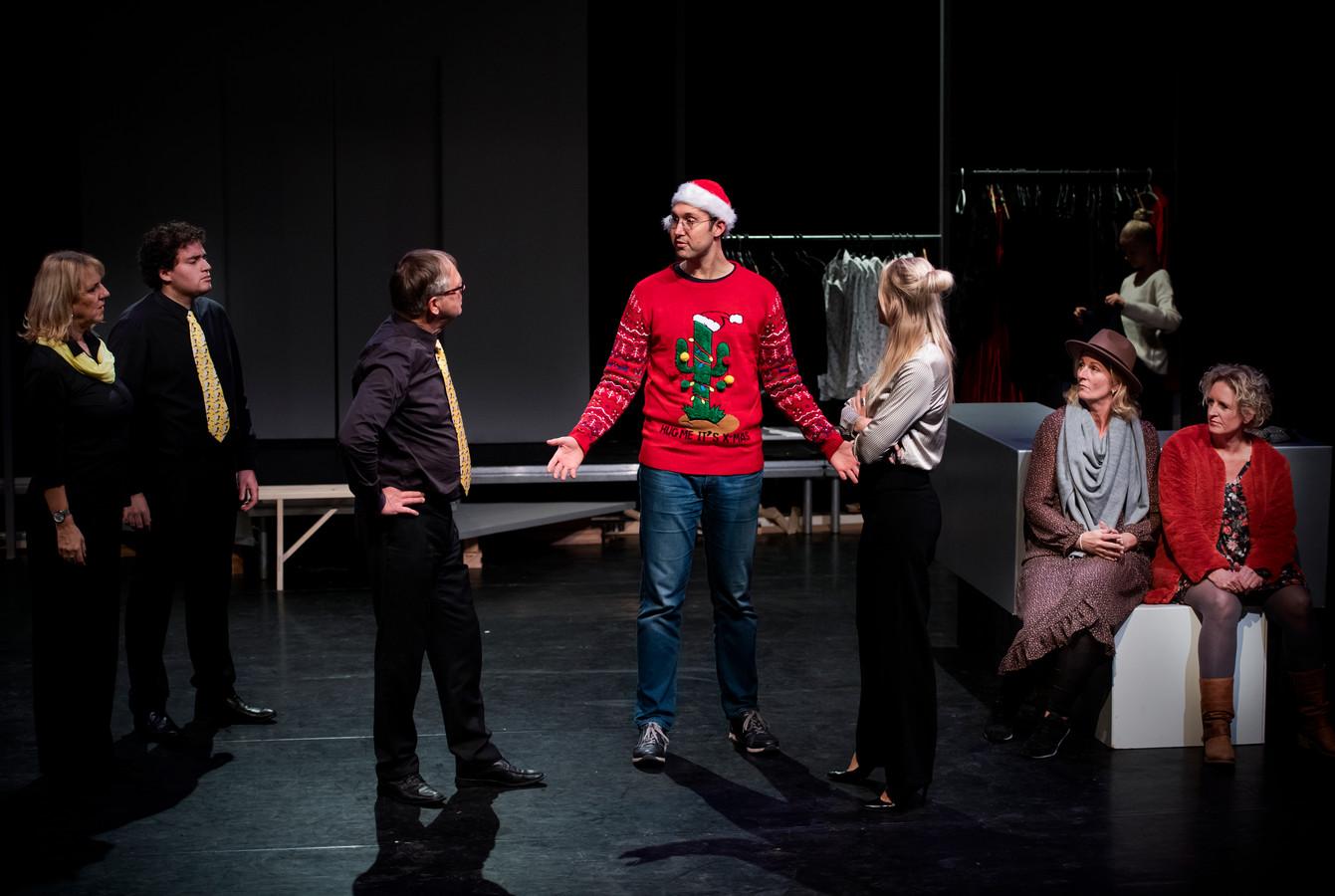 Acteurs van het Productiehuis Alphen die aan het oefenen zijn in het Parkvilla Theater in Alphen voor een voorstelling die met kerst komt voor 30 man, coronaproof.
