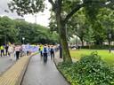 Betogers hebben spandoeken en protestborden bij zich.