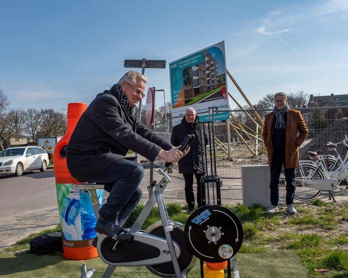Directeur Marc van der Steen van woningcorporatie Stadlander vermaalt al trappend op een hometrainer petflessen tot plastickorrels voor hergebruik, als symbolische proloog van de duurzame nieuwbouw in de Bergse wijk Vijververg-Zuid.