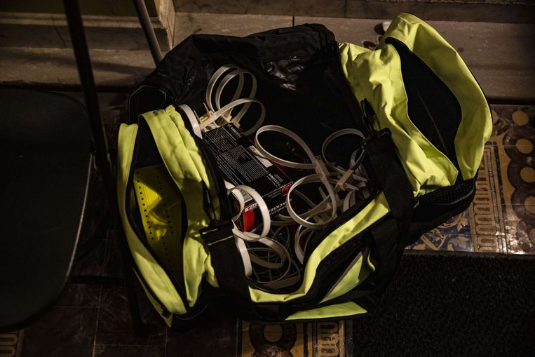 In een achtergelaten sportzak zijn 'flex cuffs' te zien, van twee lussen voorziene handboeien Beeld AFP