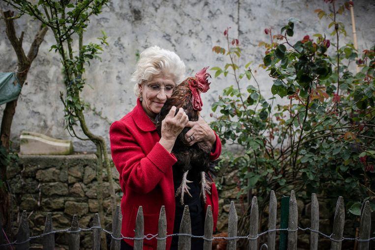 Corinne Fesseau met Maurice in haar tuin in Saint-Pierre-d'Oléron. Beeld Kasia Strek/The New York Times/HH