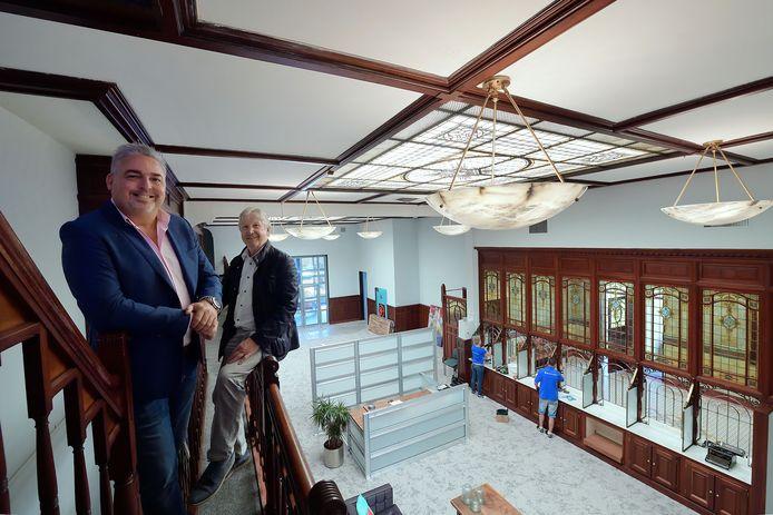 Eigenaren Rob van Sprundel en Christ Voets (rechts) zijn met hun team van Voets Assurantiën verhuisd naar het monumentale bankgebouw aan de Molenstraat.