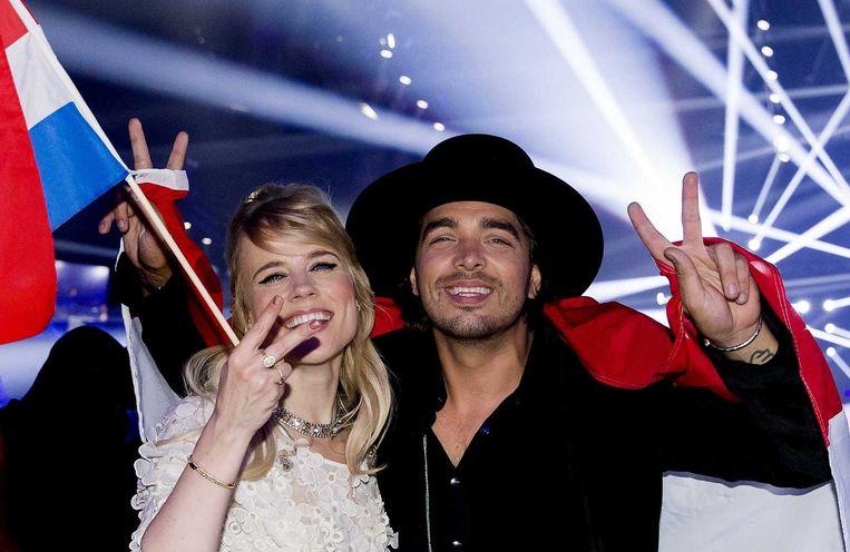 Ilse DeLange en Waylon van The Common Linnets juichen nadat ze tweede zijn geworden op het Eurovisiesongfestival. Beeld anp