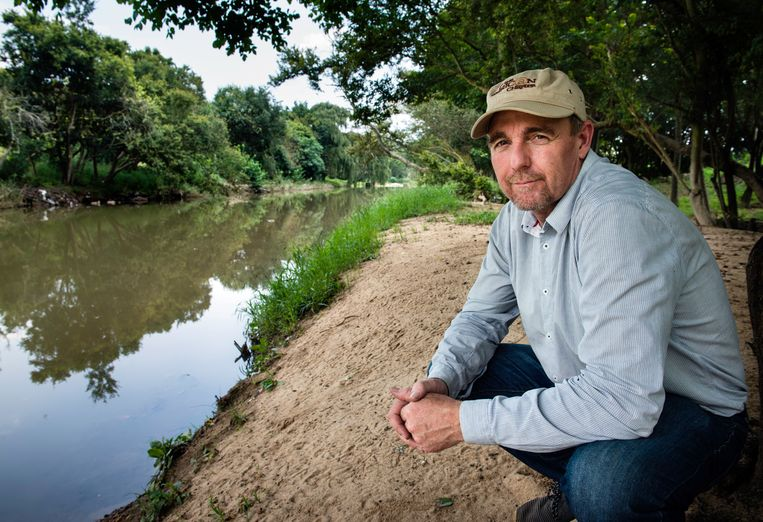 Mark McClue op de plek waar de sporen van het nijlpaard leken uit te wijzen dat het dier rechtsomkeert maakte. Beeld Bram Lammers