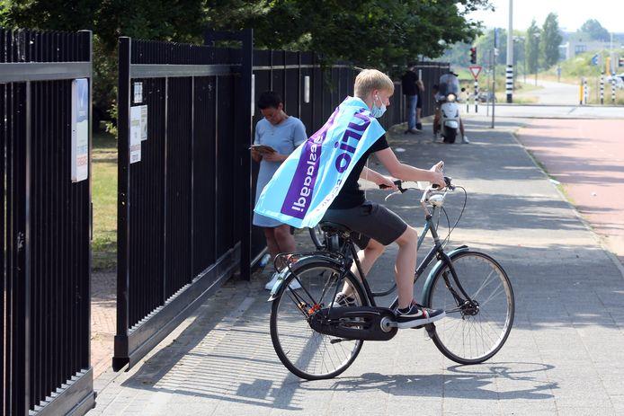 De scholieren van Curio/Scala kregen vandaag ook eindelijk de lang verwachte uitslag. Geslaagd! Op de fiets naar huis met de wel verdiende vlag om als cape.