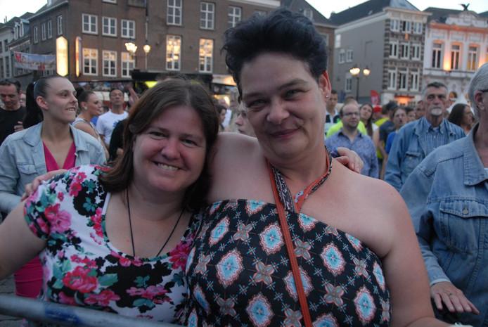 Het publiek heeft het uitstekend naar de zin, dat geldt ook zeker voor Angelique Wartenberg en Corina Luites uit Den Bosch