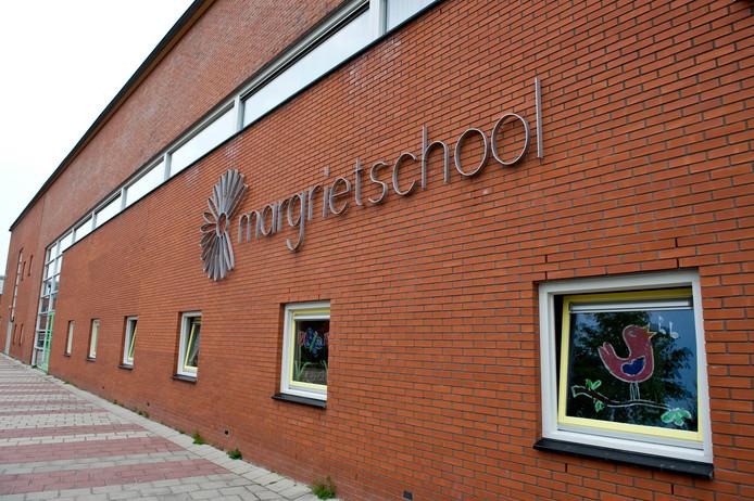 Het dak van de hoofdlocatie van de Margrietschool aan de Alpenstraat blijkt niet goed aangelegd.