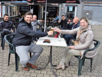 """""""Parkeren en terrassen vanaf morgen hand in hand op Grote Markt"""": Gemeente verleent horeca-uitbaters toestemming om terras te zetten op middenplein"""
