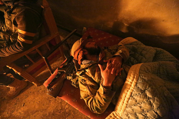 Een door Turkije gesteunde Syrische rebel doet een dutje in de stad Tadef, zo'n 30 km ten Noordoosten van Aleppo. Foto Khalil Ashawi