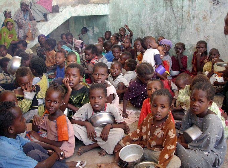 Archiefbeeld: Somalische kinderen wachten op een voedselrantsoen in het zuiden van Mogadishu.  Beeld AFP