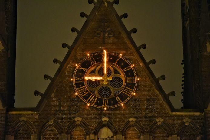De Sint-Jozefkerk in het centrum van Tilburg slaat 21.00 uur.