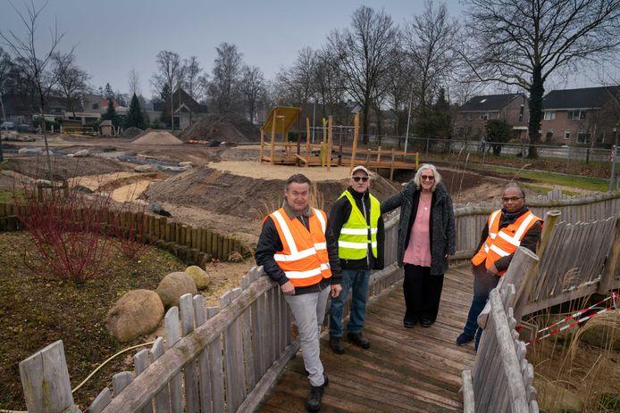 Sonja Kapel te midden van de vrijwilligers Marco de Jong, Frans Otten en Michael de Rijp.