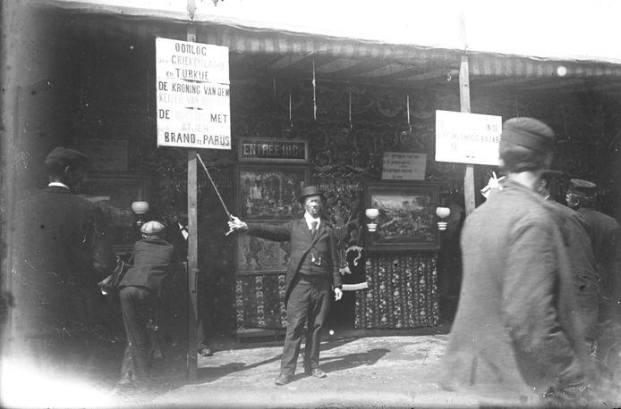 Kermisfiguur Herman Plukje alias de Pippeling bij de bioscooptent op het Vreeburg in 1901.