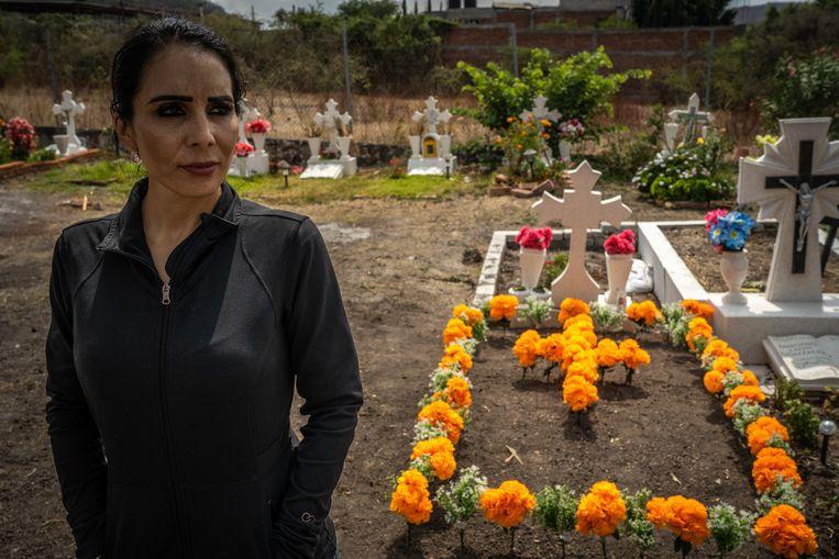 Denisse Barragán bij het graf van haar moeder. Ze heeft de plaats van haar moeder in de verkiezingsstrijd ingenomen. Beeld Alejandro Cegarra