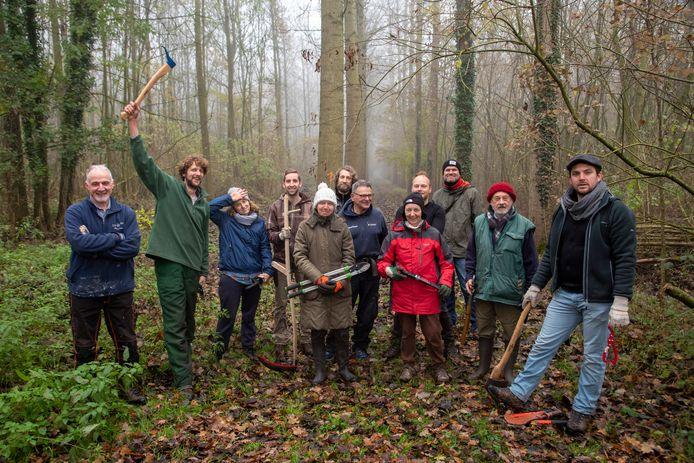 Vrijwilligers van Natuurpunt ruimen paden in de Vinderhoutse Bossen.