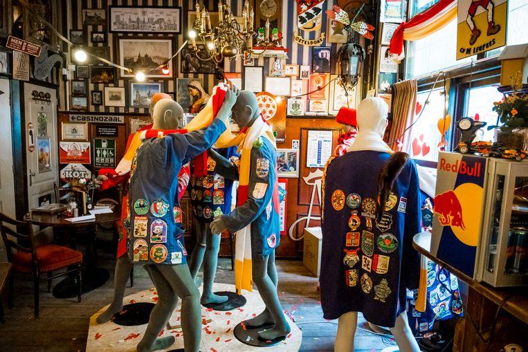 Café De Basiliek in Den Bosch is al ruim tweehonderd dagen gesloten. Omdat ook de komende carnavalsperiode het café dicht is hebben de eigenaren besloten om de zaak vol te zetten met paspoppen die in Oeteldonkse kleding gestoken zijn. Beeld ANP
