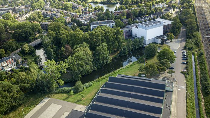 Theater Hanzehof en het naastgelegen park. Deze maand krijgt het theater toestemming voorstellingen ook buiten de deur te houden.